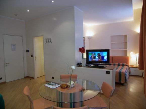 Monolocale in aparthotel famiglia torino for Appartamenti arredati torino